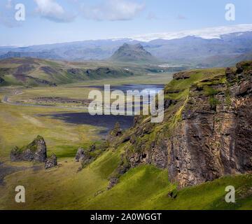 Hermosa y verde paisaje visto desde Dyrhólaey, Islandia