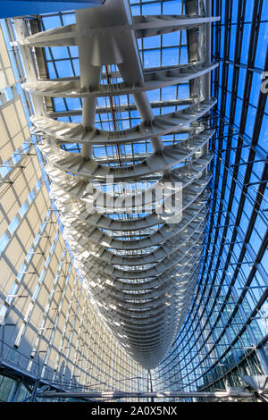 Japón, el Foro Internacional de Tokio. Interior. El cristal del techo con marco de metal visto desde la planta superior, en un extremo del edificio. En horario diurno.