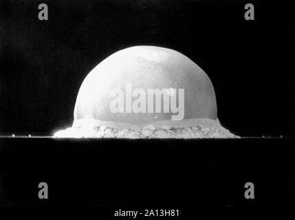 Una bola de fuego explosiva de la primera prueba de la bomba nuclear, nombre de código Trinidad, 16 de julio de 1945.
