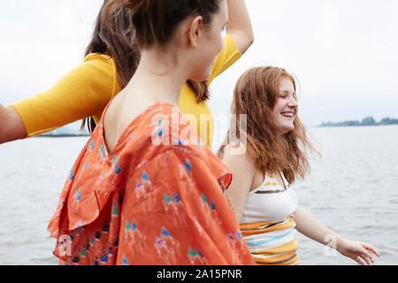 Amigos, divertirte, pasear en el río