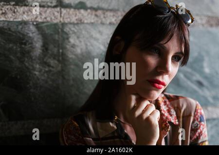Retrato de hermosa mujer joven morena