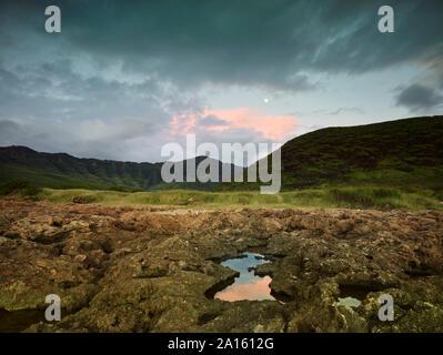 Vista escénica de Ka'ena Point State Park contra el cielo al atardecer