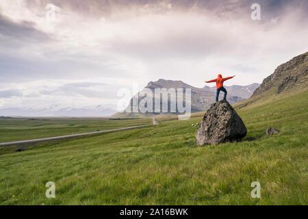 Hombre de pie sobre una roca en gthe Región Sur, Islandia