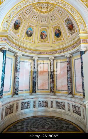 San Petersburgo, Rusia - Julio 7, 2019: los interiores del museo Hermitage, el nicho decorado