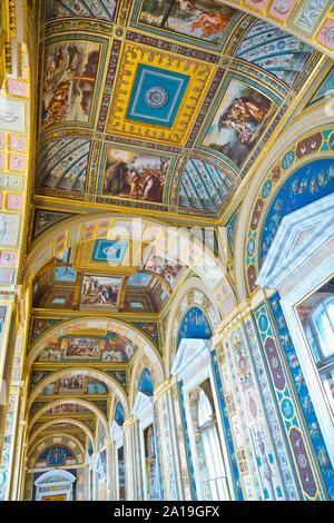 San Petersburgo, Rusia - Julio 7, 2019: los interiores del museo del Hermitage, decoración en el techo
