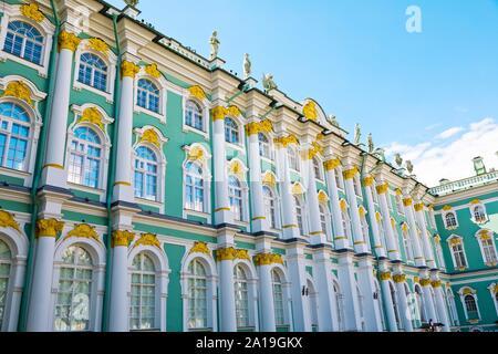 San Petersburgo, Rusia - Julio 7, 2019: el exterior del Museo del Hermitage desde el patio interior