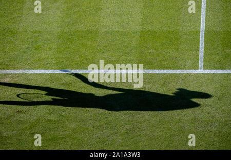 Andy Murray de Gran Bretaña rebote pelota de tenis en baseline mientras se preparan para servir contra Stan Wawrinka de Suiza. Nature Valley internacio