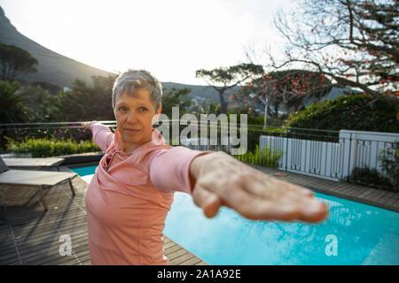 Mujer madura, hacer yoga fuera Foto de stock