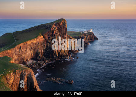 Neist Point faro en la Isla de Skye en Escocia durante la puesta de sol Foto de stock