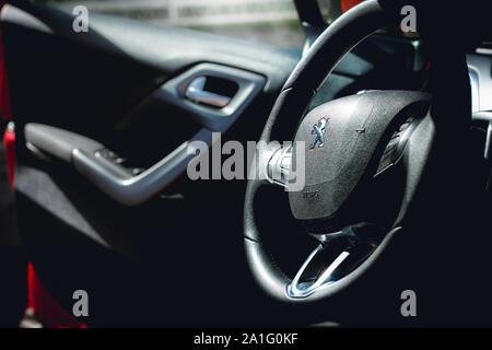Fotografía del interior de un automóvil Peugeot 208 Griffe 2014.