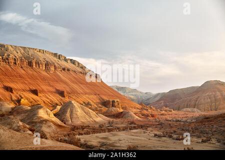 Paisaje épico del Cañón y las montañas con capas en el hermoso parque del desierto