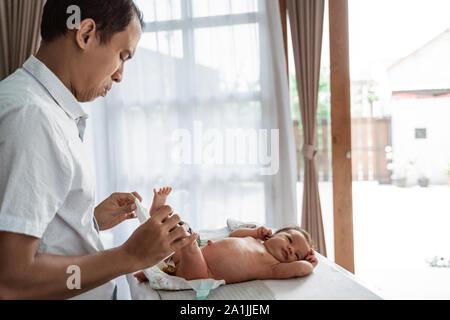 Padre de asia cambiar pañales