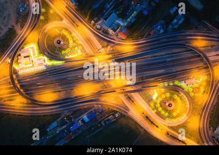 Vista aérea de la vista superior de autopistas urbanas de la ciudad de Bangkok, Tailandia, en la noche. Estelas de luz en cruce de carreteras, tráfico y transporte abstracto