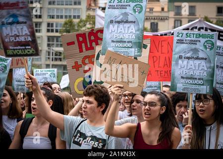 Los manifestantes sostener pancartas en defensa de la emergencia climática durante la manifestación.Más de 1000 estudiantes, convocada por el Sindicato de Estudiantes, han secundado la primera manifestación con motivo de la Huelga Mundial por el clima. La manifestación ha recorrido el centro de Barcelona.