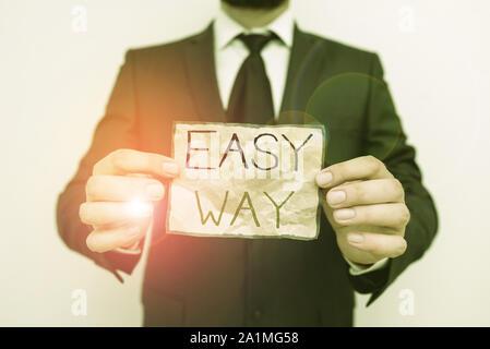 Escribir nota que muestra de manera fácil. Concepto de negocio para hacer difícil decisión entre dos menos y más esfuerzo método