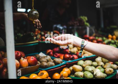Viajero paga para producir en un mercado de frutas y hortalizas en Colombia - Sudamérica frutas exóticas