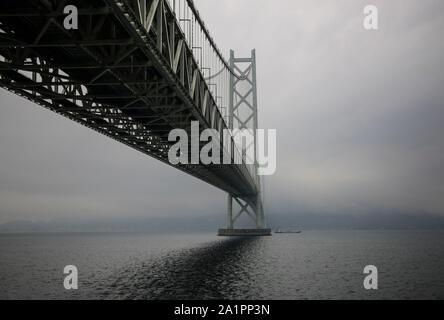 Puente Akashi Kaikyo spanning el Mar Interior de Seto desde Awaji Island a Kobe, Japón.