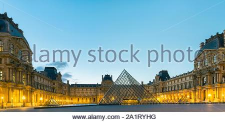 Patio y la pirámide de cristal del Louvre al amanecer, París, Île-de-France, Francia