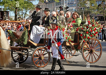 MUNICH, Alemania - 22 de septiembre de 2019 la gran entrada de la Oktoberfest, terratenientes y cervecerías, festivo desfile de carrozas decoradas magnífico y prohibir