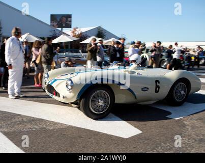 1955 Aston Martin DB3S impulsado por Urs Muller dejando la zona de montaje de la pista para el Freddie marzo Trofeo Memorial Race en el Goodwood Revival