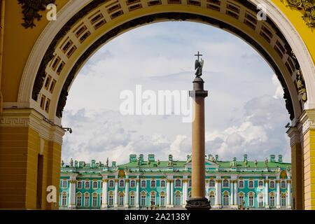 San Petersburgo, Rusia - Julio 8, 2019: Alexander columna en la plaza del palacio, el Museo del Hermitage en segundo plano.