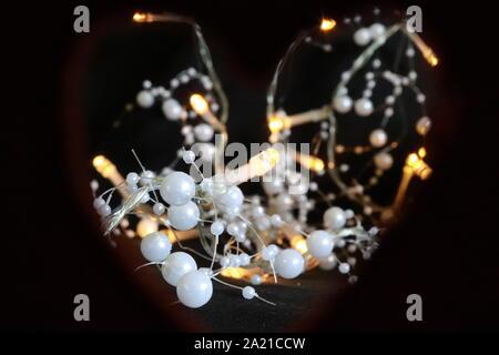 Abalorios y luces LED blancas sobre fondo negro