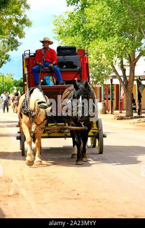 Viejo rojo salvaje oeste stagecoach y caballos en Allen Street, Tombstone, Arizona