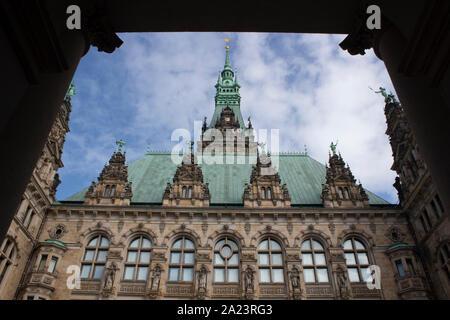 El Rathaus, el Ayuntamiento de Hamburgo, la sede del gobierno local de la Ciudad Libre y Hanseática de Hamburgo, Alemania