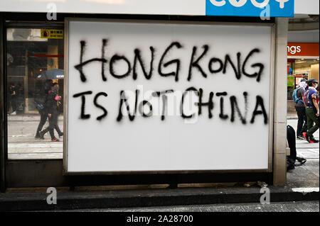 "Hong Kong, Hong Kong. 01 Oct, 2019. Graffiti lee ""Hong Kong no es China"" durante un mitin anti-gobierno en Hong Kong el 1 de octubre de 2019. Foto por Thomas Maresca/UPI Crédito: UPI/Alamy Live News"