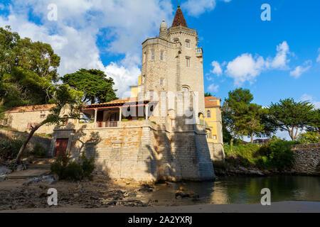 Vista de los Condes de Castro Guimaraes Palace en Cascais, centro turístico costero y pueblo pesquero en Portugal