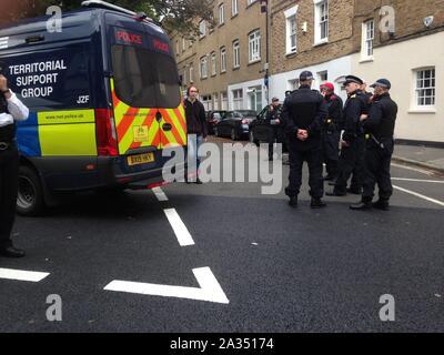 Londres, Reino Unido. El 05 Oct, 2019. La policía ha sido realizar detenciones fuera de Lambeth old court house como clima manifestantes extinción rebelión plan para bloquear los puentes de crédito: Rachel Megawhat/Alamy Live News
