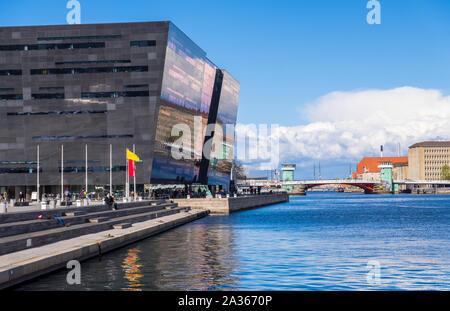 Copenhague, Dinamarca - Mayo 04, 2019: El Diamante Negro. La Biblioteca Real de Copenhague es la biblioteca nacional de Dinamarca en Copenhague