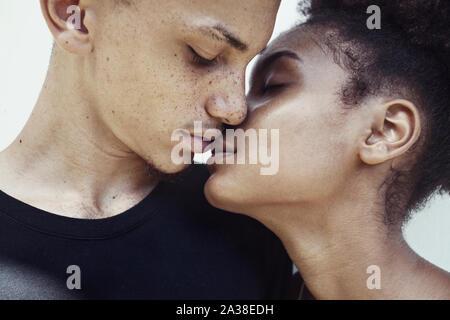 Close-up retrato de una pareja a punto de beso