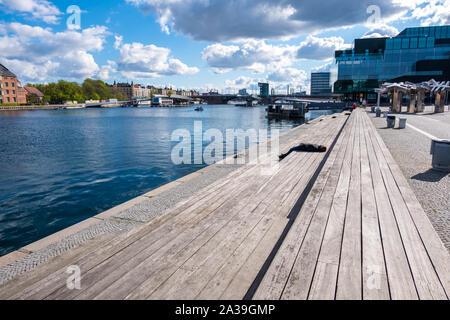 Copenhague, Dinamarca - Mayo 04, 2019: la gente podrá relajarse en uno de los muelles cerca del BLOX - Centro de Arquitectura danés en Copenhague