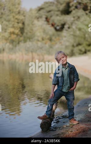 Retrato de cute sonriente niño sobre un verano de ribera.