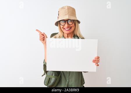 Aventurera mujer senior sobre una excursión. Senior mujer