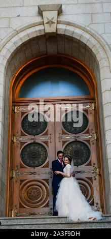 Mormón pareja casada en la escalinata del Templo Mormón en el Temple Square en Salt Lake City.