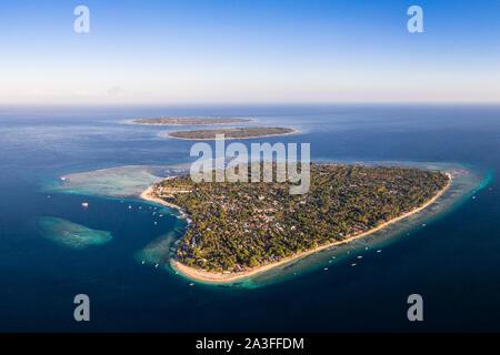 Vista aérea de las tres, la isla de Gili Air, Meno y Trawangan frente a la costa de Lombok en Indonesia