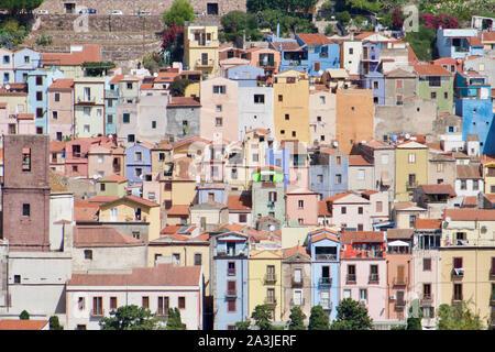 Coloridas casas en Bosa, Cerdeña, Italia. El paisaje en Oristano.