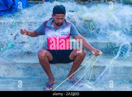 Hombre indio que trabaja en un pueblo de pescadores cerca de Mumbai India