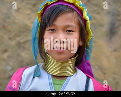 Bastante birmano Kayan Lahwi pre-teen chica con cuellos de latón tribales/bobinas posa para la cámara.