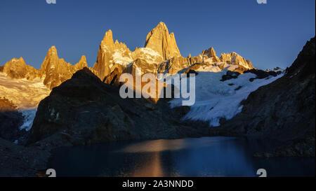 Amanecer en el Monte Fitz Roy (Chalten), Patagonia Argentina. La Laguna de los tres. La sundawn ilumina los picos de la montaña
