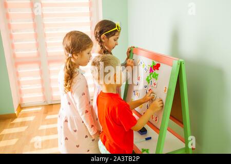 Los niños en la guardería. Intelectual juegos para niños