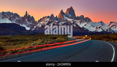 El Monte Fitz Roy y el Cerro Torre al atardecer, byt la ruta. EL Chalten, Santa Cruz, Argentina. Foto de stock