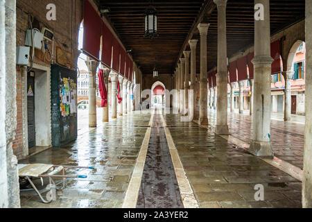 El famoso mercado de pescado cerca del Puente de Rialto en Venecia - Italia, cuando está vacío y limpio al final de una jornada laboral.
