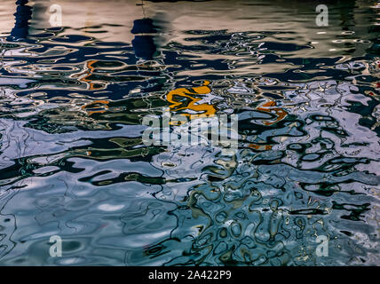 Superficie oscura de las ondas en el Mar Egeo . Interacción de azul oscuro, blanco, naranja y reflexiones. Imágenes de stock.