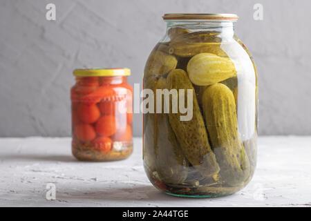 Verduras encurtidas en tinajas, tomates horizontal