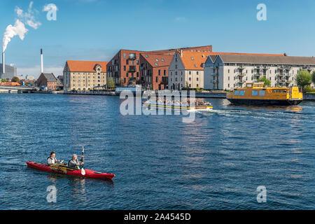 Copenhague, Dinamarca - 21 de septiembre de 2019: Verde kayakers recoger basura del río en Copenhague, Dinamarca.