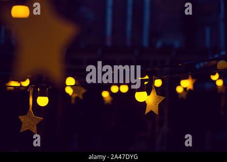 Guirnalda con luces y estrellas en un bar de la calle.