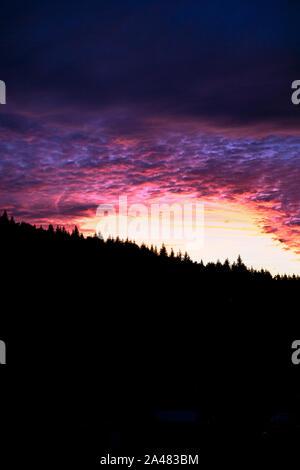 Epic vivo colorido atardecer detrás del bosque en Vsetin, República Checa Foto de stock